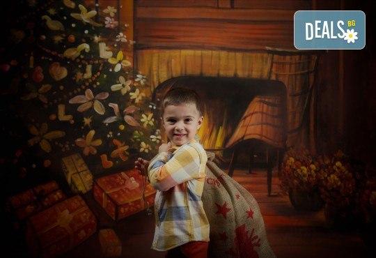 Семейна, детска или индивидуална коледна фотосесия в студиo с разнообразни декори и 10 обработени кадъра от Студио Dreams House! - Снимка 6