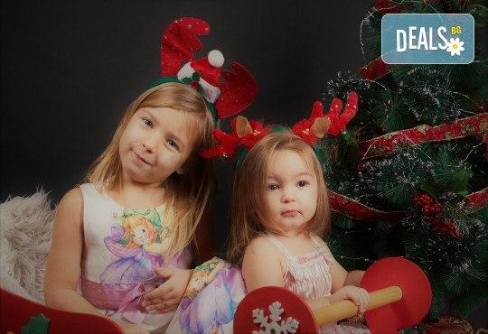 Семейна, детска или индивидуална коледна фотосесия в студиo с разнообразни декори и 10 обработени кадъра от Студио Dreams House! - Снимка 7