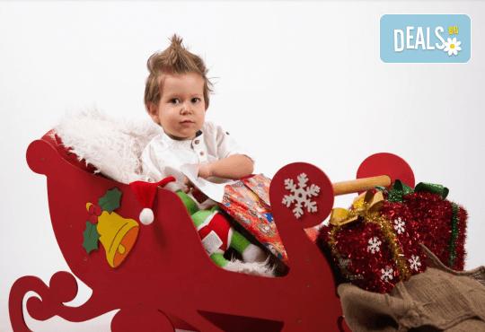 Семейна, детска или индивидуална коледна фотосесия в студиo с разнообразни декори и 10 обработени кадъра от Студио Dreams House! - Снимка 1