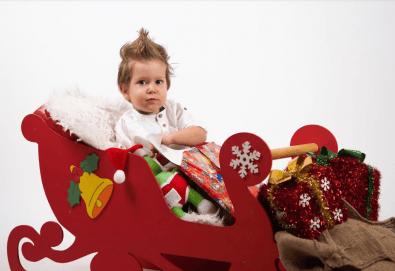 Семейна, детска или индивидуална коледна фотосесия в студиo с разнообразни декори и 10 обработени кадъра от Студио Dreams House! - Снимка
