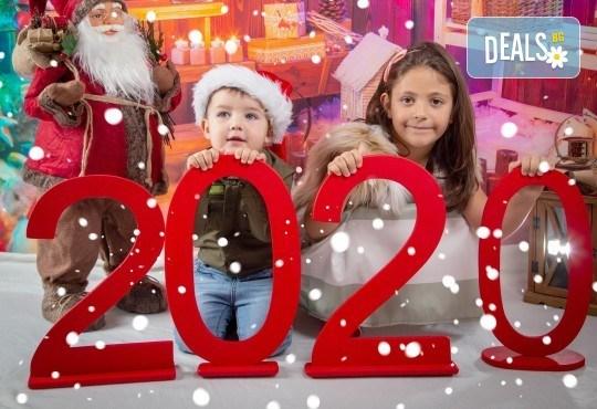 Детска, индивидуална или семейна Коледна фотосесия в студио с 4 коледни декора и множество аксесоари + подарък: 10 обработени кадъра със специални ефекти от фотостудио Arsov Image! - Снимка 1