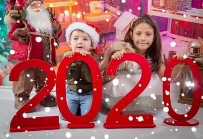 Детска, индивидуална или семейна Коледна фотосесия в студио с 4 коледни декора и множество аксесоари + подарък: 10 обработени кадъра със специални ефекти от фотостудио Arsov Image! - Снимка