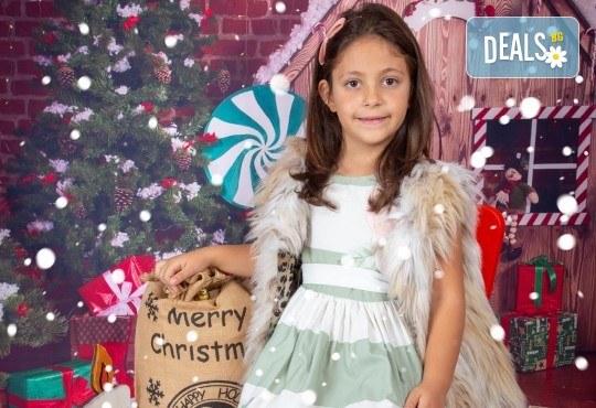 Детска, индивидуална или семейна Коледна фотосесия в студио с 4 коледни декора и множество аксесоари + подарък: 10 обработени кадъра със специални ефекти от фотостудио Arsov Image! - Снимка 3