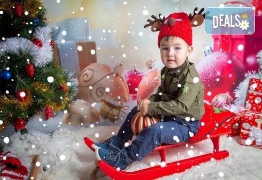 Детска, индивидуална или семейна Коледна фотосесия в студио с 4 коледни декора и множество аксесоари + подарък: 10 обработени кадъра със специални ефекти от фотостудио Arsov Image! - Снимка 4