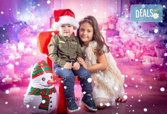 Детска, индивидуална или семейна Коледна фотосесия в студио с 4 коледни декора и множество аксесоари + подарък: 10 обработени кадъра със специални ефекти от фотостудио Arsov Image! - Снимка 5
