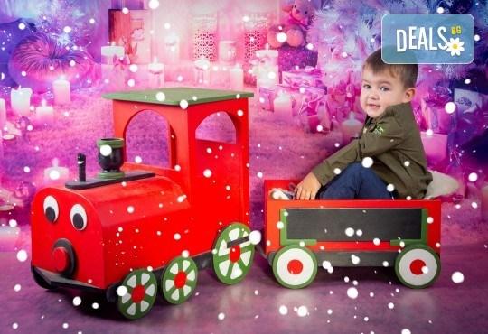 Детска, индивидуална или семейна Коледна фотосесия в студио с 4 коледни декора и множество аксесоари + подарък: 10 обработени кадъра със специални ефекти от фотостудио Arsov Image! - Снимка 6