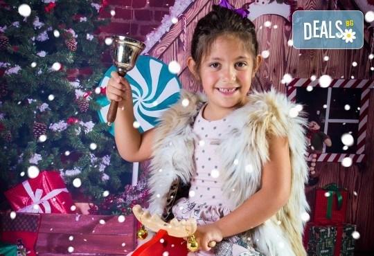 Детска, индивидуална или семейна Коледна фотосесия в студио с 4 коледни декора и множество аксесоари + подарък: 10 обработени кадъра със специални ефекти от фотостудио Arsov Image! - Снимка 7