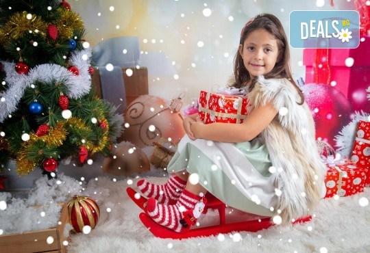 Детска, индивидуална или семейна Коледна фотосесия в студио с 4 коледни декора и множество аксесоари + подарък: 10 обработени кадъра със специални ефекти от фотостудио Arsov Image! - Снимка 2