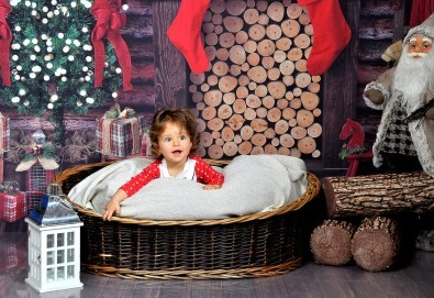 Коледна фотосесия в студио с много аксесоари и разнообразни декори от Photosesia.com! - Снимка