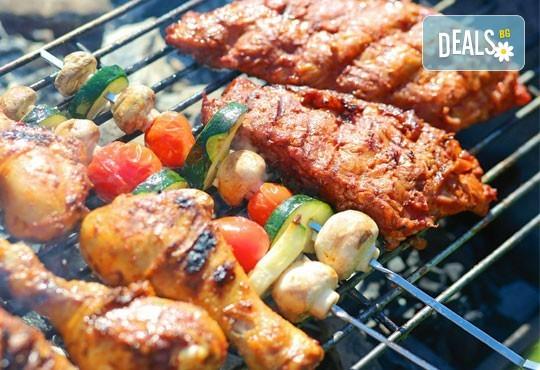 1 кг. скара микс: свинска вратна пържола, пилешка пържола, шишче, суджук и кюфтенца на скара в Ресторант 21 - Лозенец - Снимка 2