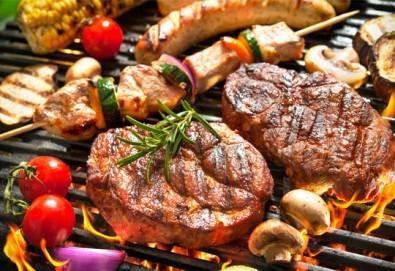 1 кг. скара микс: свинска вратна пържола, пилешка пържола, шишче, суджук и кюфтенца на скара в Ресторант 21 - Лозенец - Снимка