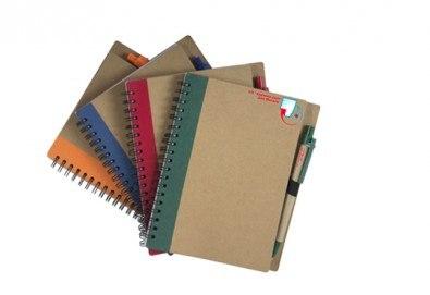 Еко бележник с химикал с формат А5 и възможност за брандиране с Ваше лого от Хартиен свят - Снимка