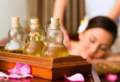 60-минутен лечебен или класически масаж на цяло тяло с етерични масла по избор на клиента от рехабилитатор в козметичен салон Хеликсир! - Снимка