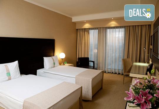 Нова Година 2020 в Истанбул, Хотел Holiday INN 5*, с Дари Травел! 3 нощувки със закуски, 2 вечери и Новогодишна вечеря, по желание транспорт - Снимка 4