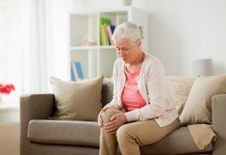 Консултация при ревматолог с дългогодишен опит при ставни проблеми, подагра и др. в ДКЦ Alexandra Health! - Снимка