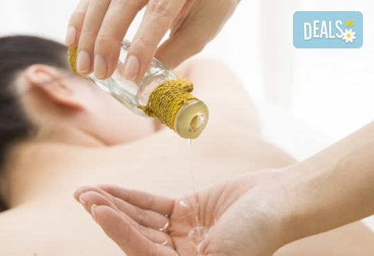 Болкоуспокояващ лечебен масаж на гръб със загряващи био масла, рефлексотерапия и 10% отстъпка от всички услуги на салон Женско Царство - Снимка 3