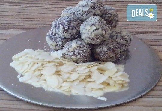 Празничен сет Коледно парти! 80 коледни сладки асорти: меденки с канела (елхички, декоративни топки, снежинки, коледни звезди), бели снежни топки с кокос, мъфини с шоколад и портокал, еклери с крем за празниците от Muffin House! - Снимка 2