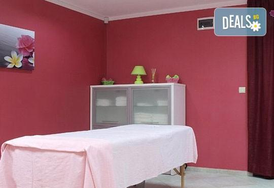 За красивата жена! СПА масаж Златен дъжд със златни частици, парафинова терапия за ръце, масаж на лице, хиалурон или колаген и чаша бяло вино в Senses Massage & Recreation - Снимка 10