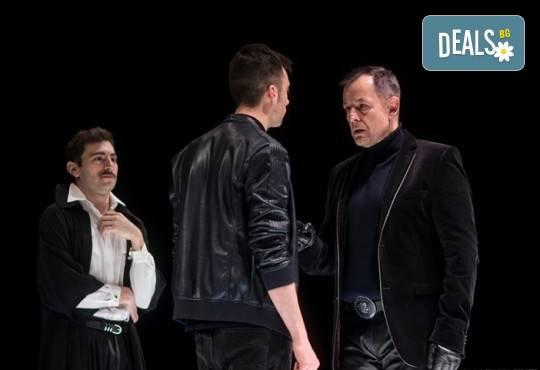 Гледайте Бойко Кръстанов, Александър Хаджиангелов, Михаил Билалов в Петел на 01.12. от 19 ч. в Младежки театър, билет за един! - Снимка 2