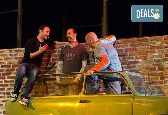 Много смях с великолепните актьори на Младежки театър! Гледайте Страхотни момчета, на 07.12. от 19ч., голяма сцена, билет за един - Снимка 2