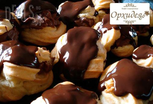 Перфектният вкус! 50 вкусни еклера с баварски крем, йогурт и боровинки или асорти от Сладкарница Орхидея за 6.89 лв!