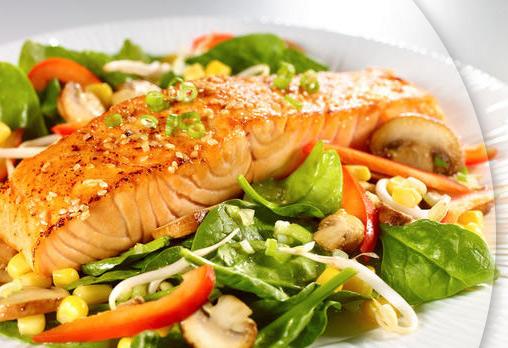 Опитайте салата Норвежка мечта с пушена сьомга, херинга, яйце, мариновани краставички, авокадо + филе от сьомга със сос Беарнез за 19.90лв в Ресторант Бадемова къща!