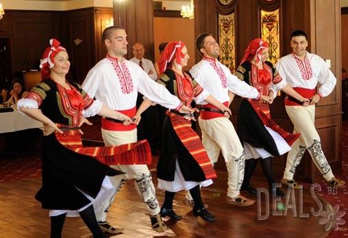 Запознайте се с автентичният български фолклор! Научете с лекота да танцувате хора и ръченици от различни части на страната с карта за 5 посещения по народни танци само сега за 9.80лв в Клуб за народни танци Хороводец