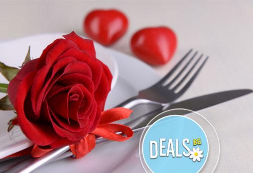 Вечеря за двама! Две салати и две основни ястия по избор от над 60 специалитета в ресторант Смак!