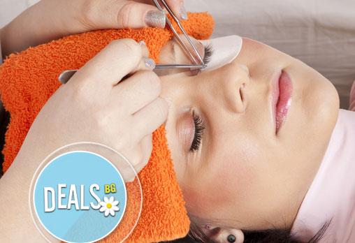 Трайно удължаване и сгъстяване на мигли по системата косъм по косъм във Friends - hair & beauty studio!