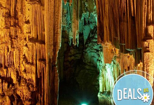 Еднодневна екскурзия през юни до пещерата Маара, изворите на река Ангитис и град Драма, Гърция! Транспорт и екскурзовод!