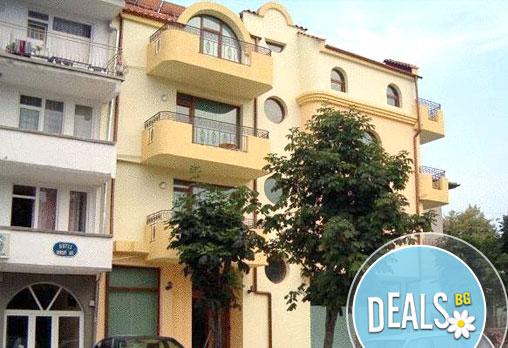 Време за море! Май, юни или юли в Семеен хотел Sunny House, Царево! 1/3/5/7 нощувки за двама, настанени в двойна стая!