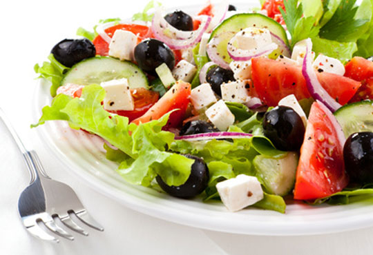 Вкусно и здравословно предложение! Ризото по избор със салата от домати и краставици от Delano Bar and Dinner!