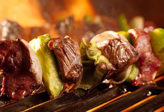 Ориенталски кебап с телешко, свинско и агнешко кълцано месце и гарнитура и палачинка по избор от Delano Bar and Dinner!