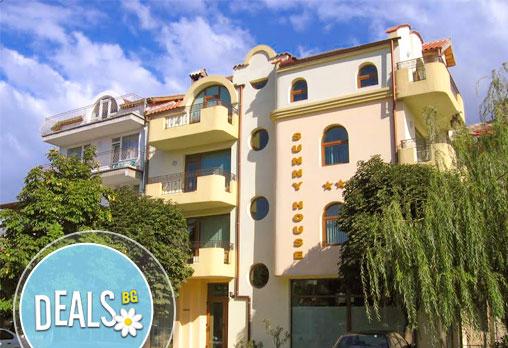 Закрийте сезона в Семеен хотел Sunny House, Царево! 1/3/5/7 нощувки за двама, настанени в двойна стая!