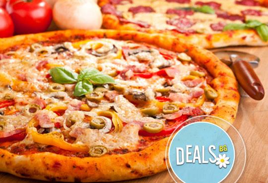 Обяд или вечеря в Пицарии Златна круша! Две големи тънки пици или три малки тънки пици
