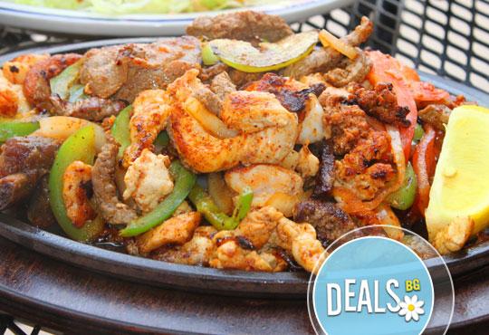 Да си оближеш пръстите! 1.2кг вкусен сач със свински врат, пилешко филе и пресни зеленчуци от Хотел-ресторант Nicol