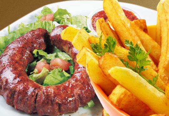 За любителите на традиционното! Опитайте пресен домашен суджук със зелева салата и пържени картофи в Bar & Dinner seven7A!