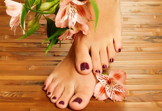 В цветовете на SNB! Арома педикюр с ароматни соли, пилинг, масаж на ходилата и декорации в Medina SPA & Wellness