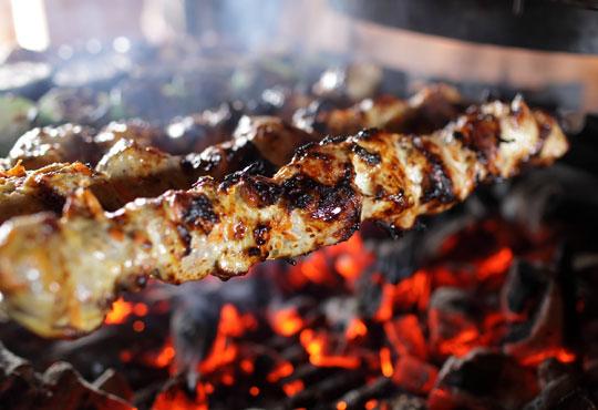 Предложение за двама! Хапнете 2 порции шашлик на скара, гарнитура от пържени картофи и салата от зеле и моркови в ресторант Balito 3 в Надежда!
