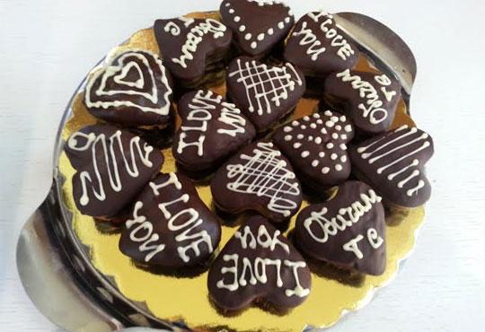 Нежен жест! 9 ръчно изработени сърца, покрити с белгийски шоколад и опаковани в красива кутийка от сладкарница Сладост!