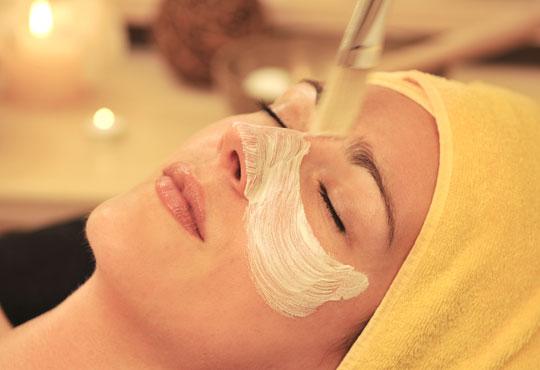 Класическо почистване на лице в 11 стъпки, кола маска на горна устна и оформяне на вежди в салон за красота АБ!