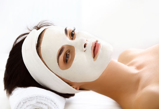 За стегната и красива кожа! Хигиенно-козметичен масаж и колагенова маска на лице, шия и деколте в салон за красота АБ!