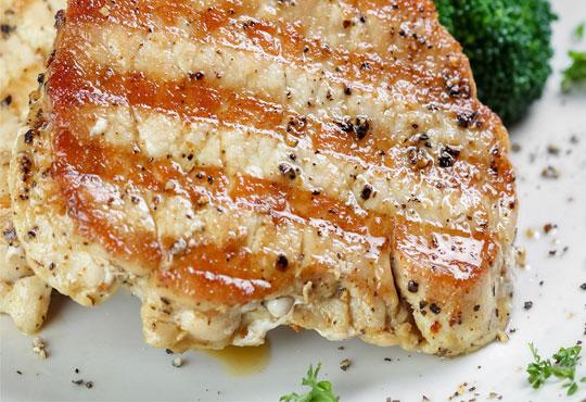 Предплатете 1.20 лв. за овчарска салата и свинска или пилешка пържола по избор с картофки Уеджис в ресторант Санури!