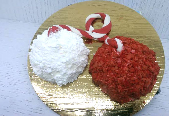 Сладка мартеница с пухкав крем от френска сметана, ванилов пандишпан и ароматна ягода в сладкарница Сладост!