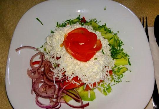 Вкусна класика! Порция свински вратни карета и традиционна салата в новооткрития ресторант Latte, Варна!