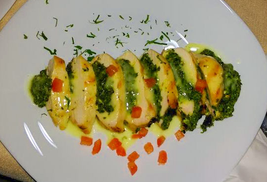 Неустоимо кулинарно предложение! Порция пълнено пилешко филе и салата Капрезе в новооткрития ресторант Latte, Варна!