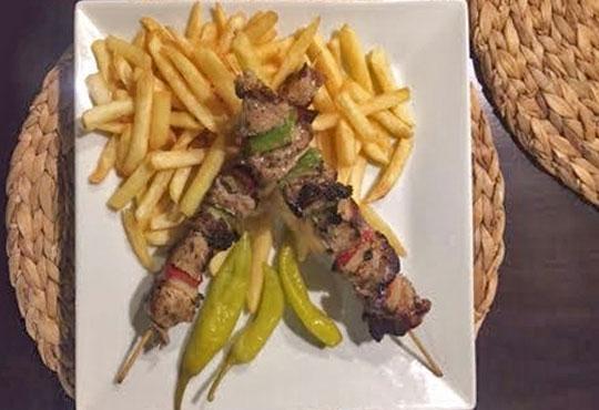 Насладете се на традиционно българско меню - шопска салата и свински шишчета в ресторант MFusion, Варна!
