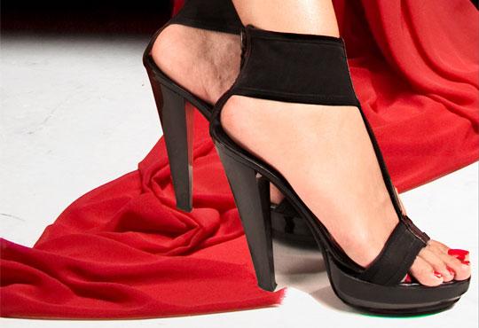 Перфектни крака! Дълготраен педикюр с гел лак OPI в Салон за красота Пламарски в центъра на София