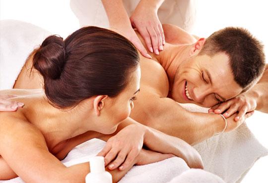 Релакс за двама! Двоен синхронен масаж 60 мин. с етерични масла от макадамия, ирис и жасмин в Chocolate & Beauty
