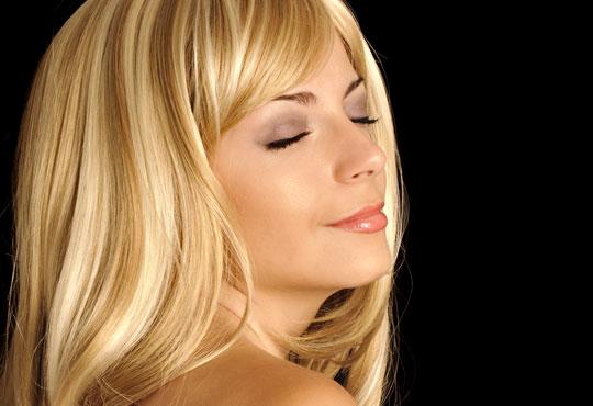 Подарете си нова визия! Кичури, подстригване и подхранваща маска в студио за красота Лили, Варна!